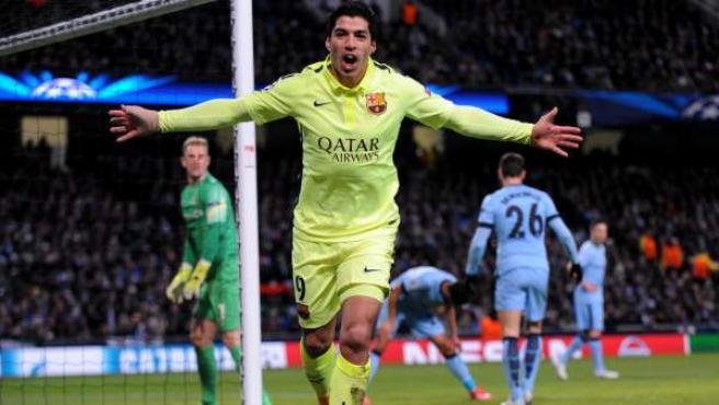 Luis Suárez celebra uno de sus goles en el Manchester City - Barça.