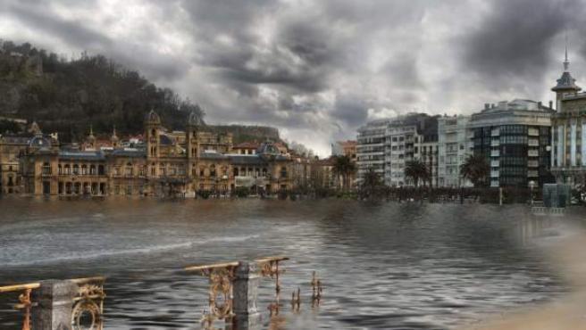 Imagen cedida por Greenpeace de un montaje de cómo se vería afectada la ciudad de San Sebastián por la subida del nivel del mar en 2100.