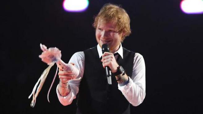El cantante Ed Sheeran recibe el premio al Mejor Álbum en los Brit Awards 2015.