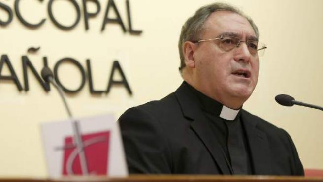 El secretario general de la Conferencia Episcopal Española (CEE), José María Gil Tamayo, durante la rueda de prensa en la que informó de los asuntos abordados por los obispos españoles durante la reunión de la Comisión Permanente, en Madrid.