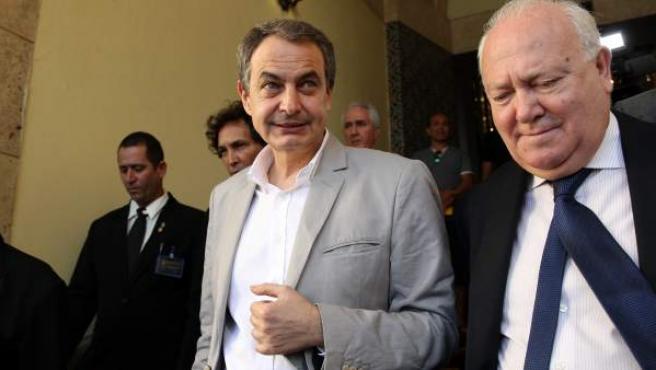El expresidente del Gobierno de España, el socialista Jose Luis Rodríguez Zapatero (i), camina acompañado por el exministro de asuntos exteriores español, Miguel Ángel Moratinos.
