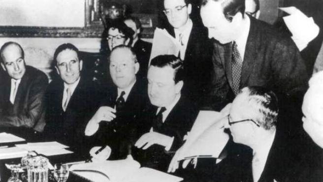 Momento de la firma del Tratado de Londres de 1953