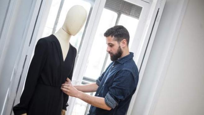 El diseñador Moisés Nieto en su estudio de confección