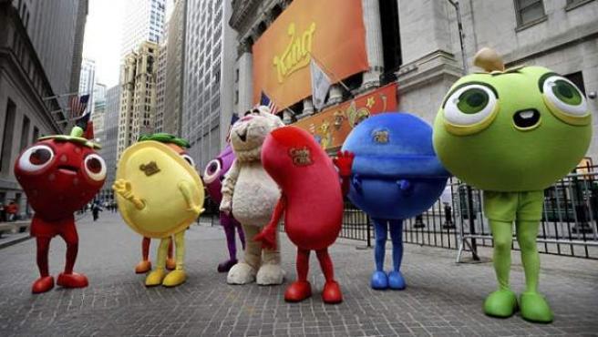 Varias personas disfrazadas de los dulces de 'Candy Crush' en el día de la salida a bolsa de King.