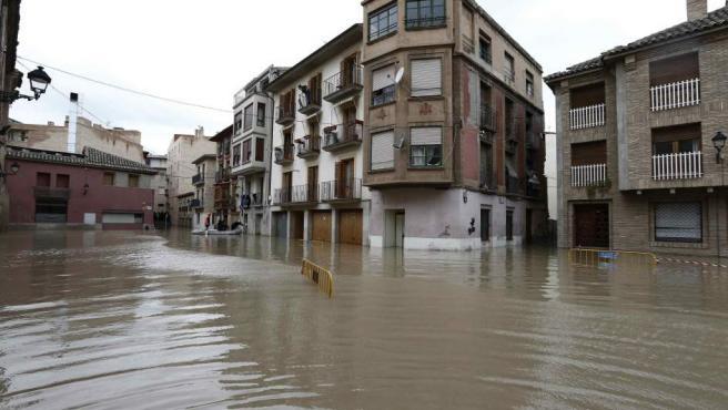 Miembros de Proteccion Civil ayudan a varias personas en el casco viejo de Tudela, coincidiendo con la máxima crecida del Rio Ebro, donde se han inundado las calles de la ciudad.