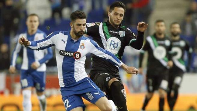 El defensa del RCD Espanyol Álvaro González (i) lucha un balón con el delantero rumano del Córdoba, Florin Andone (d).