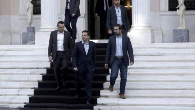 El nuevo primer ministro griego, Alexis Tsipras (c), en el palacio presidencial en Atenas