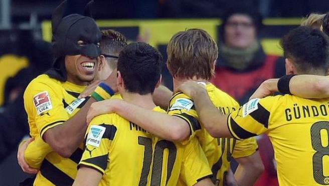 El delantero gabonés del Borussia Dortmund Pierre Americk Aubameyang celebra un gol ataviado como Batman.
