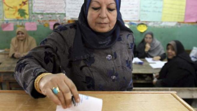 Imagen de una mujer votando en las elecciones de Egipto en 2011.