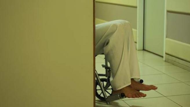 Un hombre dependiente, en silla de ruedas.