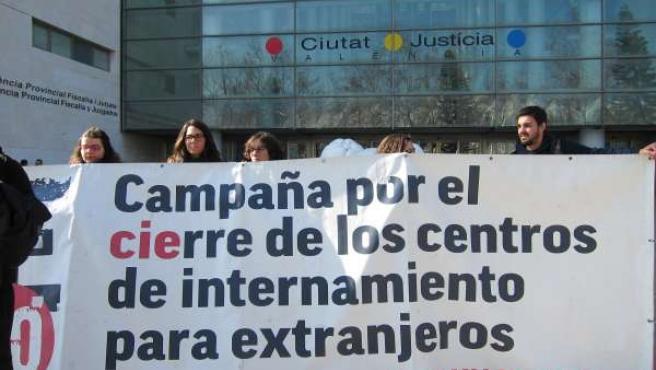 Miembros de la Campaña por el cierre de los CIE en Ciudad de la Justicia