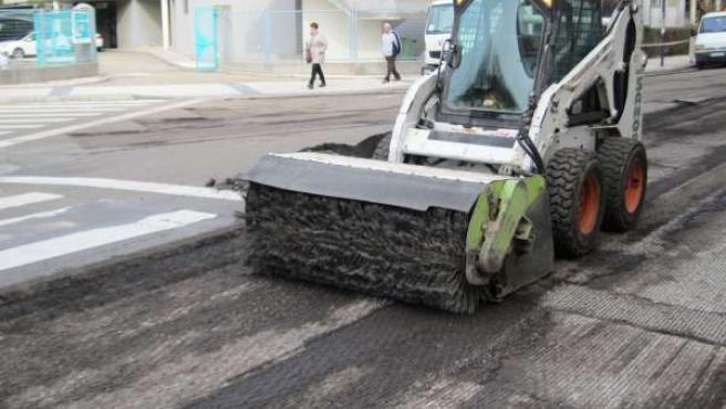 Máquina lijadora prepara una calle para operacion asfalto