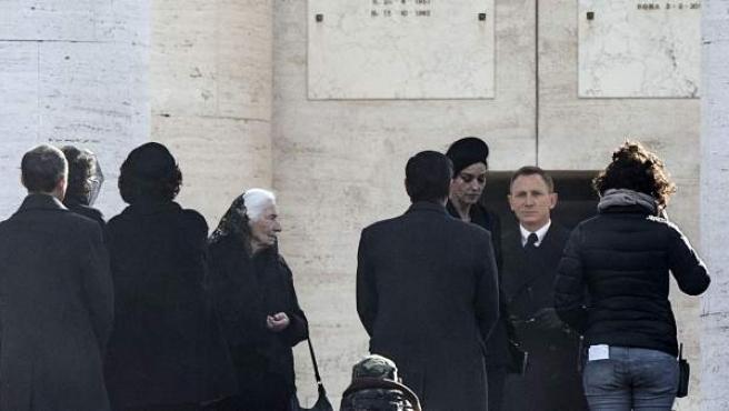 El actor británico Daniel Craig (2ºdcha) y la actriz italiana Monica Belluci (3ºdcha) durante el rodaje de la nueva película de James Bond en Roma (Italia).