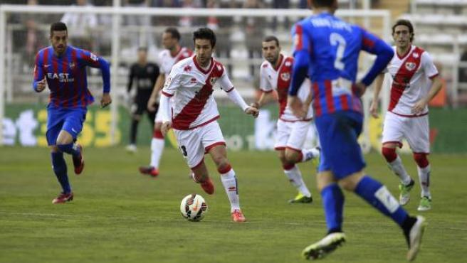 El centrocampista del Rayo Vallecano Alberto Bueno controla el balón, durante el partido frente al Levante.