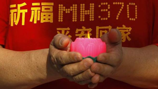 Familiar de uno de los desaparecidos del vuelo MH370 que desapareció en el trayecto entre Kuala Lumpur y Pekín.