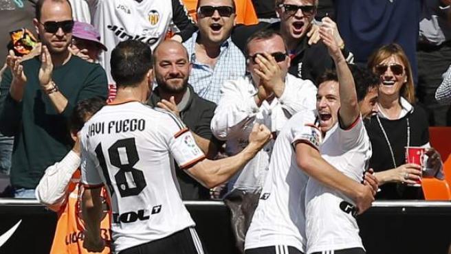 El jugador del Valencia Pablo Piatti (d) celebra el primer gol marcado a la Real Sociedad.