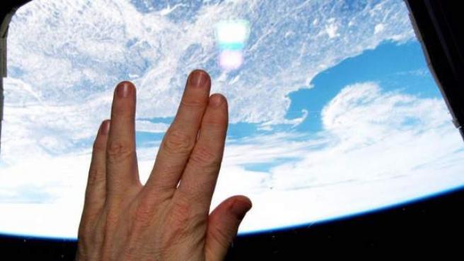 Imagen del astronauta estadounidense Terry Virts desde la Estación Espacial Internacional en homenaje a Leonard Nimoy con el saludo vulcaniano de Mr. Spock.