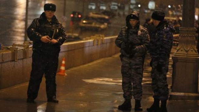 Agentes de la Policía rusa, en el lugar donde Boris Nemtsov fue asesinado.