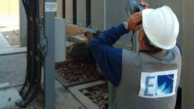 Un trabajador de Endesa en una imagen de archivo.