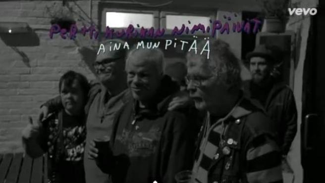 El grupo finlandés Pertti Kurikan Nimipäivät (PKN) en el videoclip de su canción 'Aina mun pitää'.