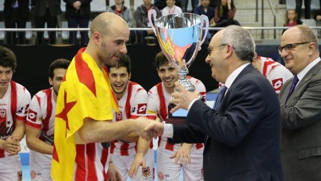 Titi Roca, capitán del primer equipo del Club Patí Vic, a punto de recibir el trofeo de campeones de la Copa del Rey de Hockey sobre patines 2015.