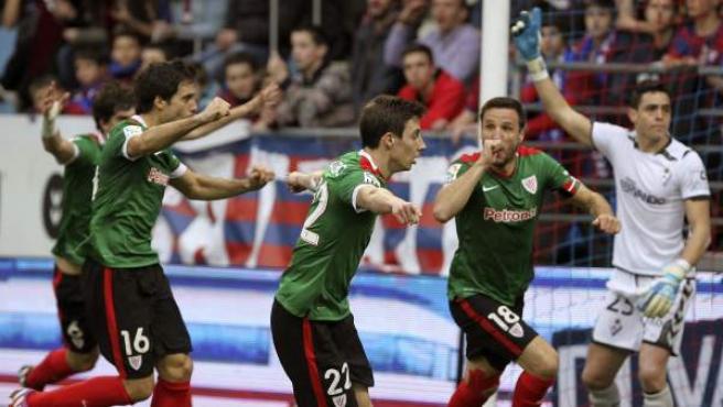 El defensa del Athletic Club Carlos Gurpegui (2d) celebra con sus compañeros Xavier Etxeita (i) y Guillermo Fernández (2i), el gol marcado al Eibar.