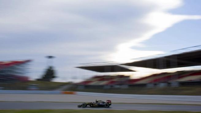 El francés Romain Grosjean rueda por el circuito de Montmeló durante la tercera jornada de la tercera sesión de entrenamientos oficiales de Fórmula 1.