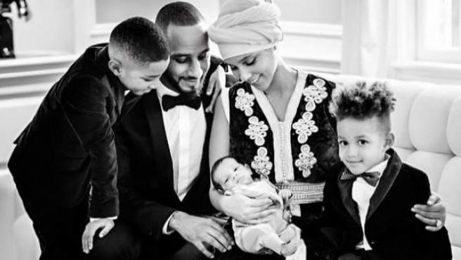 La cantante Alicia Keys junto a su marido, el rapero Swizz Beatz, y sus hijos.