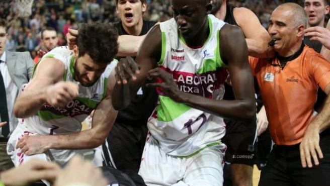 Jugadores del Bilbao Basket y del Laboral Kutxa Baskonia, se han enzarzado en una pelea al final del encuentro correspondiente a la vigesimosegunda jornada de la fase regular de la Liga ACB.