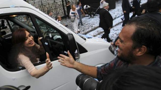 La presidenta argentina Cristina Fernández saluda a su salida del Senado argentino tras su discurso de apertura del periodo de sesiones legislativo en Buenos Aires (Argentina).