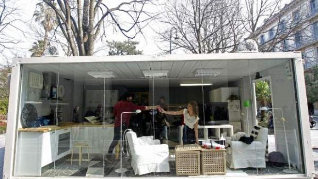Olaia y Aitor conviven durante diez días en un apartamento instalado en la céntrica plaza de Gipuzkoa de San Sebastián, en una campaña divulgativa de la Mancomunidad de San Marcos para fomentar el reciclaje y la separación de residuos entre los ciudadanos.