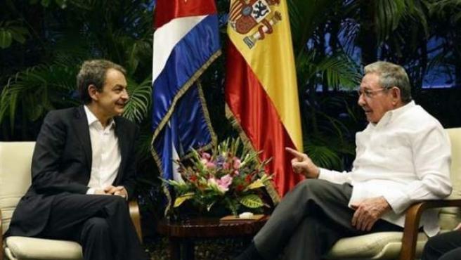 El ex presidente del gobierno José Luis Rodríguez Zapatero se encuentra de visita en Cuba donde ha sido recibido por el Raúl Castro.