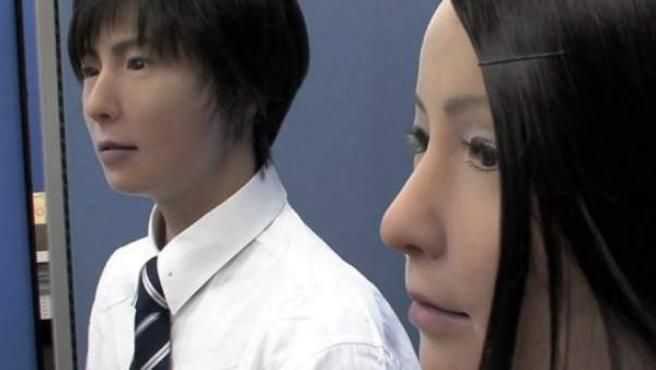 Dos robots creados por la Universidad de Osaka y fabricados por Kokoro.