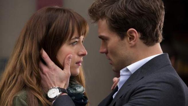 Dakota Johnson y Jamie Dornan protagonizan 'Cincuenta sombras de Grey'