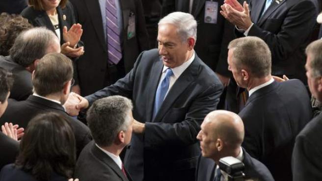 El primer ministro israelí, Benjamin Netanyahu (c) saluda a varios congresistas tras su discurso ante el Congreso en el Capitolio de Washington DC, Estados Unidos.