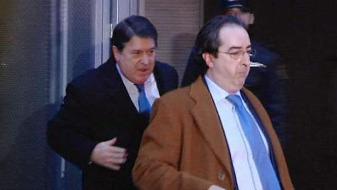 El expresidente de Bancaja, José Luis Olivas (i), a su salida de la Audiencia Nacional tras declarar como imputado ante el juez Fernando Andreu por el caso Bankia.