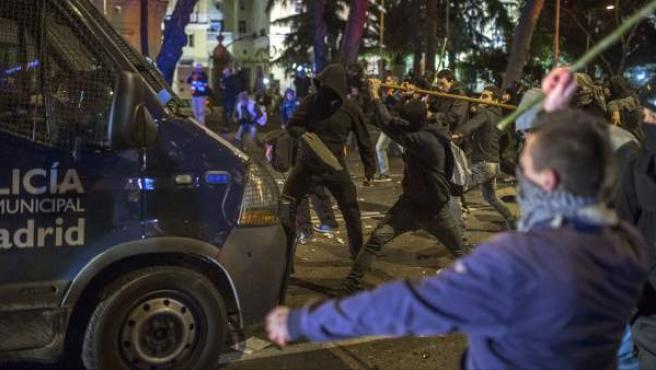 Jóvenes golpean una furgoneta de la Policía Municipal en los disturbios posteriores a la marcha del 22-M.