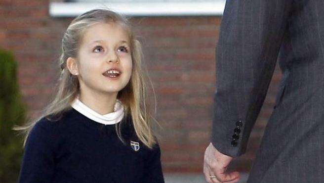 La princesa Leonor, ataviada con el uniforme de su colegio, el Santa María de los Rosales.