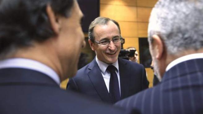 El ministro de Sanidad, Servicios Sociales e Igualdad, Alfonso Alonso, charla con alhunos consejeros autonómicos.