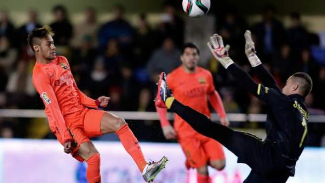 Neymar bate a Sergio Asenjo en el Villarreal - Barça.