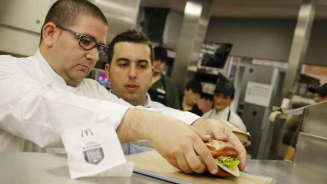 Dani García con la hamburguesa Mc Extrem creada para McDonald's michelin chef