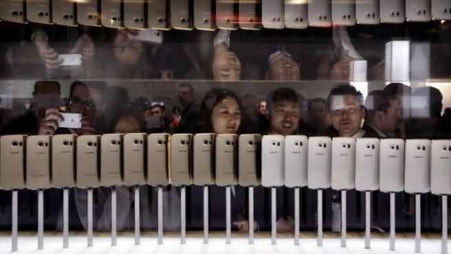 Periodistas tras la presentación mundial del nuevo teléfono móvil de la compañía coreana Samsung, el Galaxy 6. El Mobile World Congress de Barcelona reúne a cientos de periodistas especializados de todo el mundo.