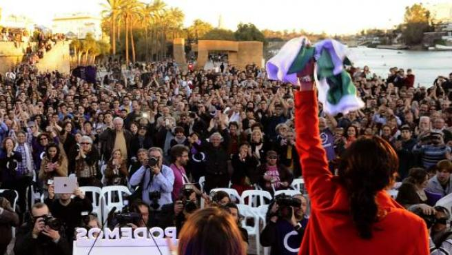 La candidata de Podemos a la Presidencia de la Junta, Teresa Rodríguez (d), junto al secretario de Comunicación y Estrategia Política de Podemos, Íñigo Errejón (i).