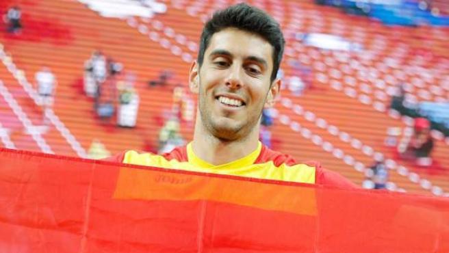 <p>El español Pablo Torrijos celebra su plata en los Europeos indoor de Praga.</p>