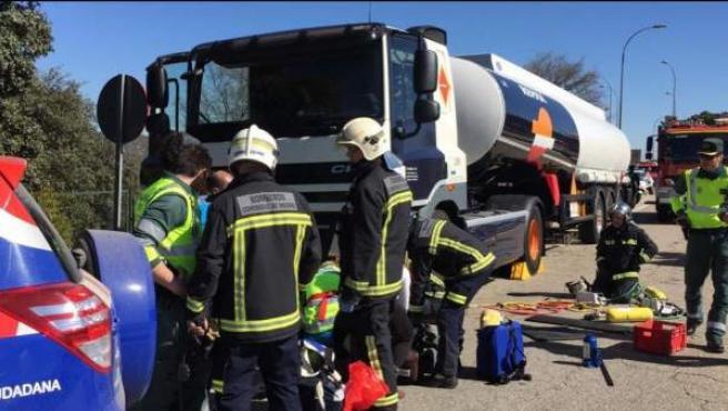 Emergencias trabaja en un accidente de moto producido en la carretera M-505, a su paso por Galapagar.