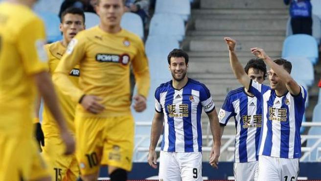 El centrocampista de la Real Sociedad Sergio Canales (d) celebra su gol, el primero del equipo ante el Espanyol.