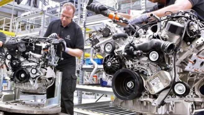 Un técnico de Mercedes en una cadena de montaje.