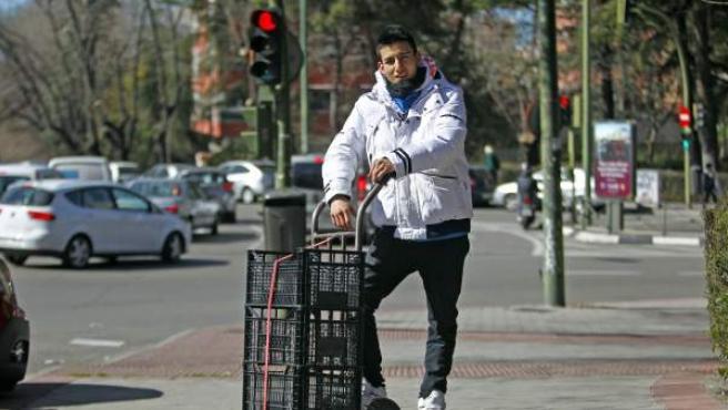 Eric Velásquez (18 años) trabaja desde hace meses en una frutería en la que ha encadenado dos contratos temporales.