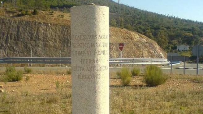 Hito conmemorativo de la Vía de la Plata entre Cáceres y Plasencia.
