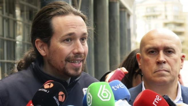El secretario general de Podemos, Pablo Iglesias (i), en declaraciones a los medios de comunicación en Bruselas.